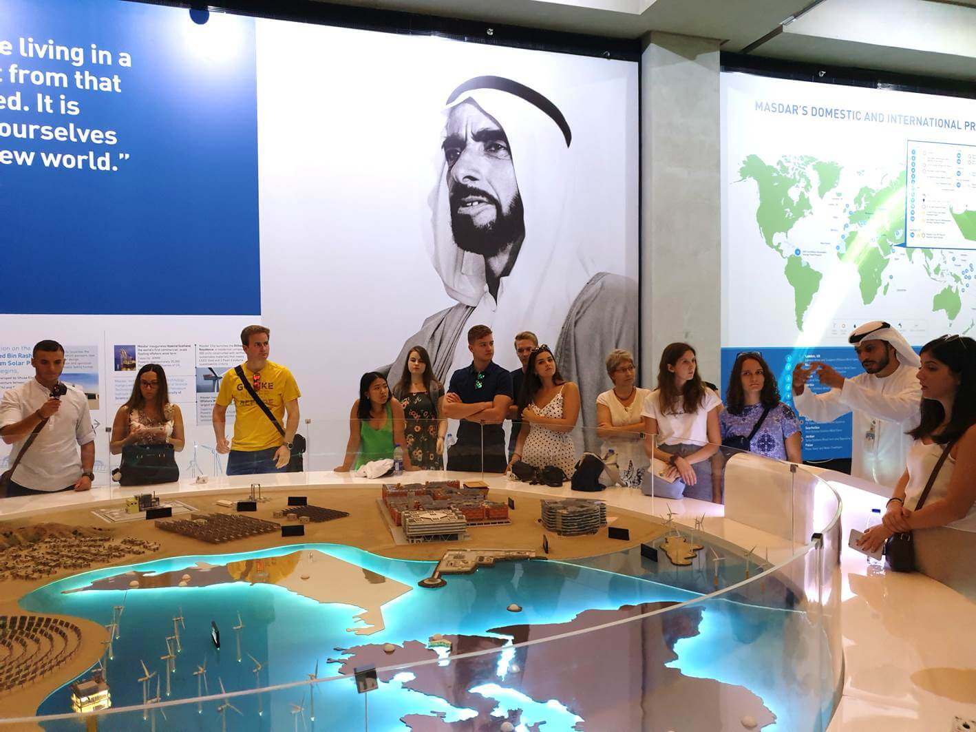 Besucher in Dubai - Masdar City